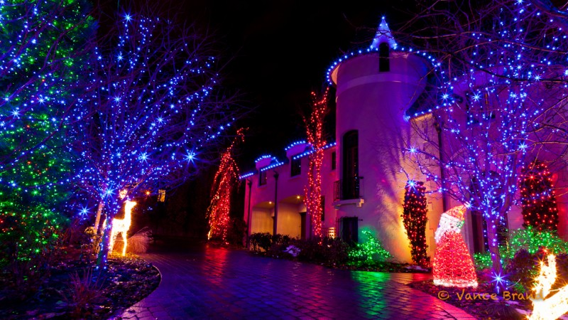 LED Christmas lights adorn this house in a beautiful display e1384318625235 Christmas Lights Are Going Green