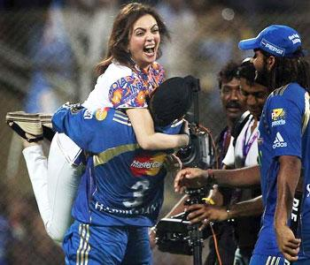 Harbhajan lifts Nita Aambani1 Watch MI vs RCB IPL 6 Match Live Streaming on Star Sports website