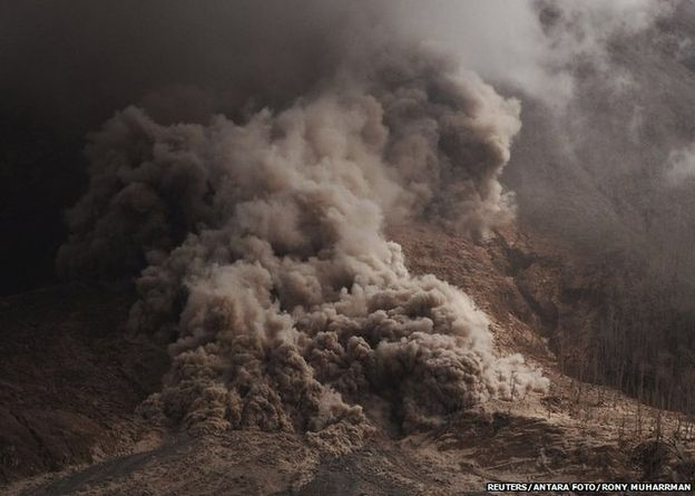 sinabaug Thousands Flee as Mount Sinabung Sputters Ashes and Rocks